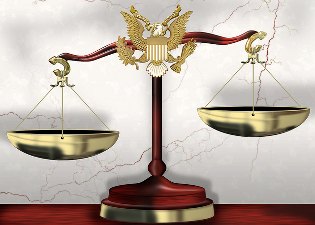 Scales of Justice par DonkeyHotey CC by 2.0