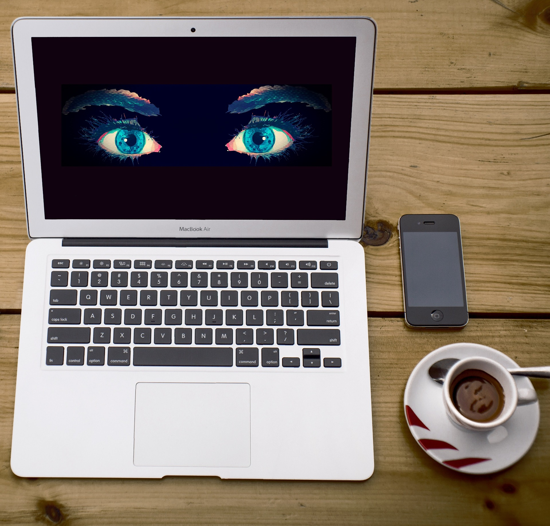 Espionnage via un MacBook et un smartphone