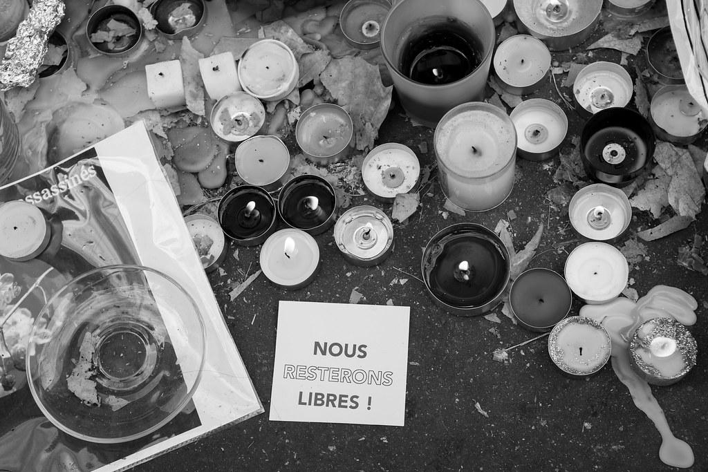 Bougies avec une carte « Nous resterons libres »