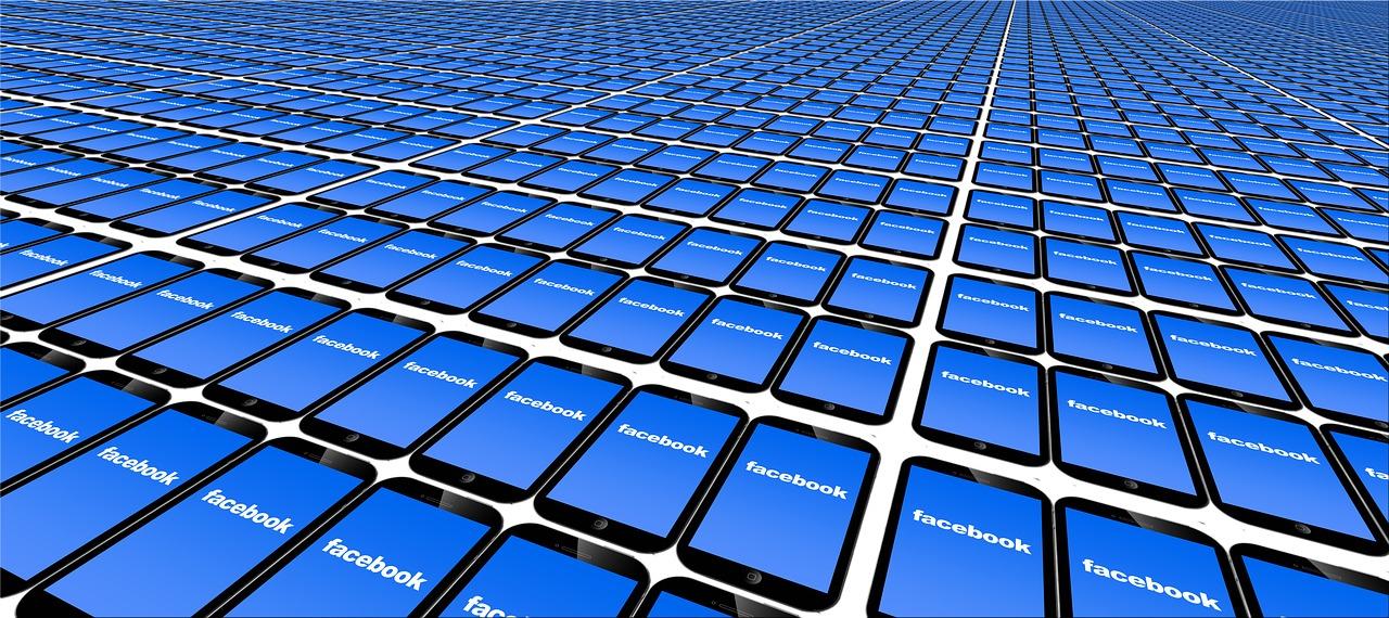 Facebook sur des écrans de smartphone (geralt, pixabey, CC0)